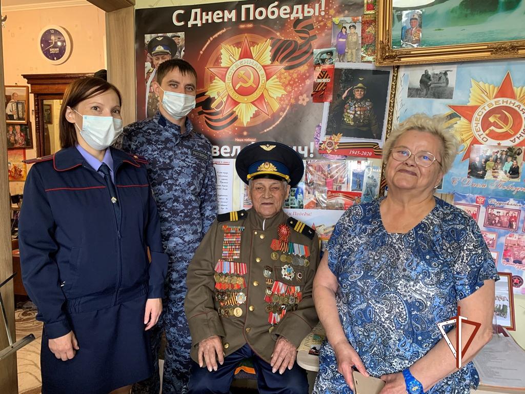 В Сургуте сотрудники Росгвардии навестили участника Курской битвы