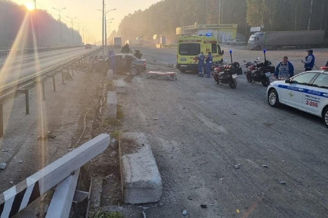 В ДТП под Екатеринбургом 27-летний водитель Lada Priora снёс бетонный столб