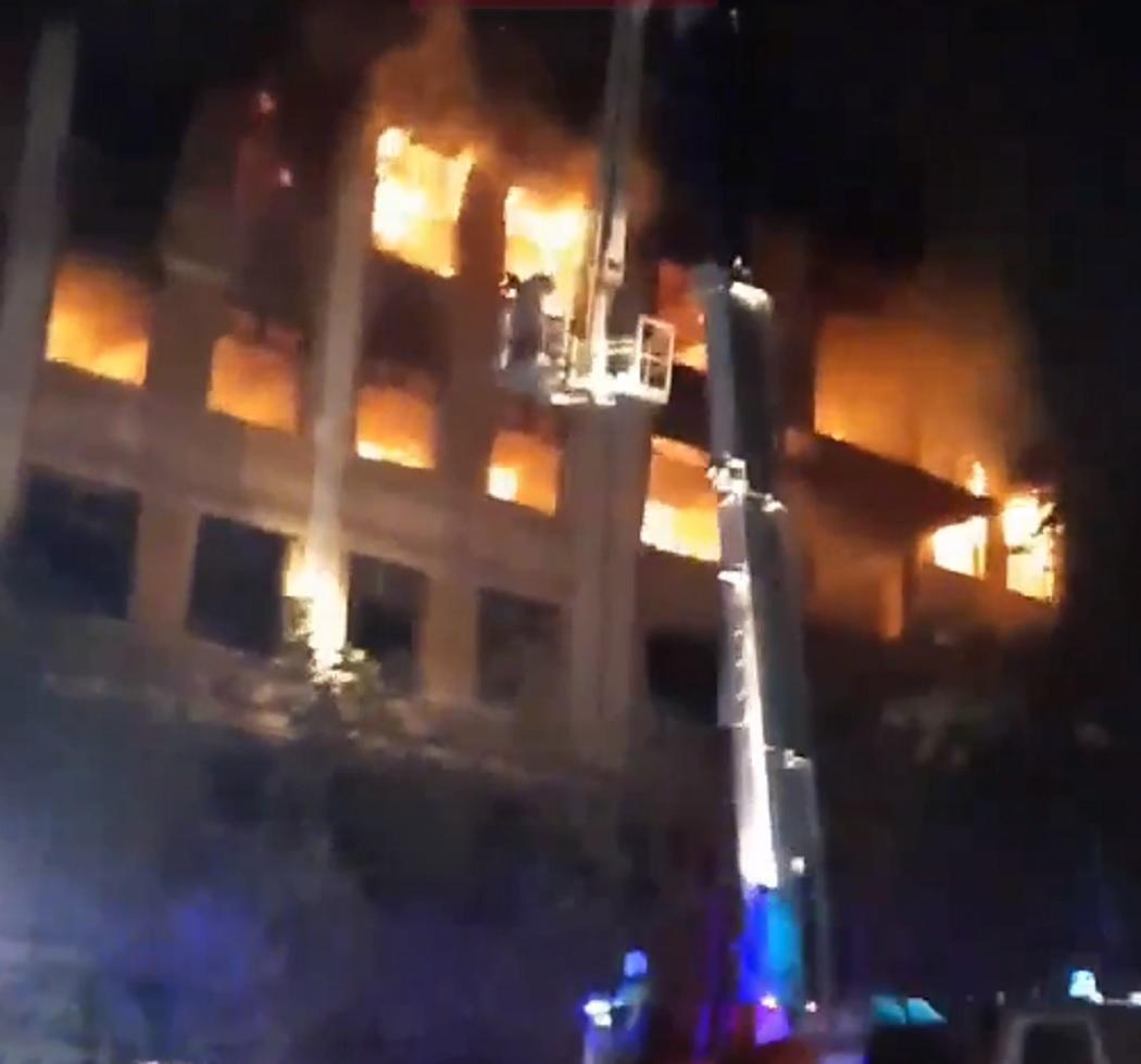 Заброшенная больница в Зелёной роще Екатеринбурга горела в пятый раз за лето