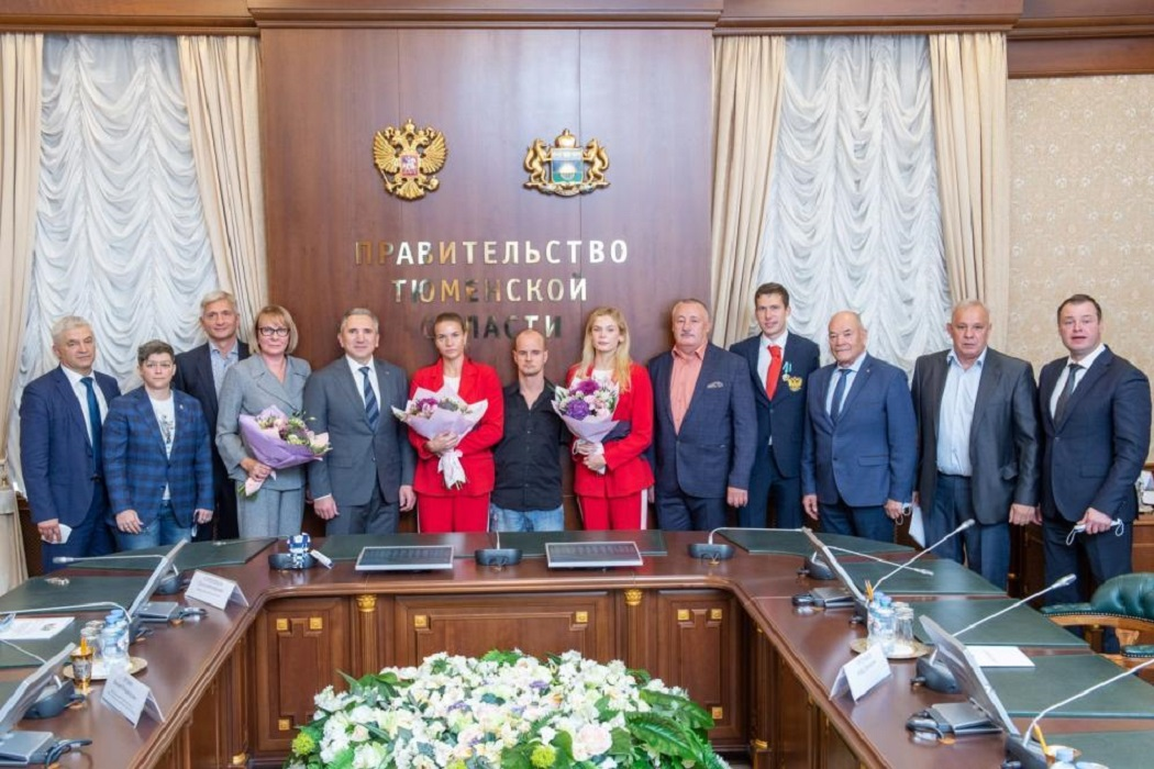 Александр Моор наградил тюменских олимпийцев и паралимпийцев