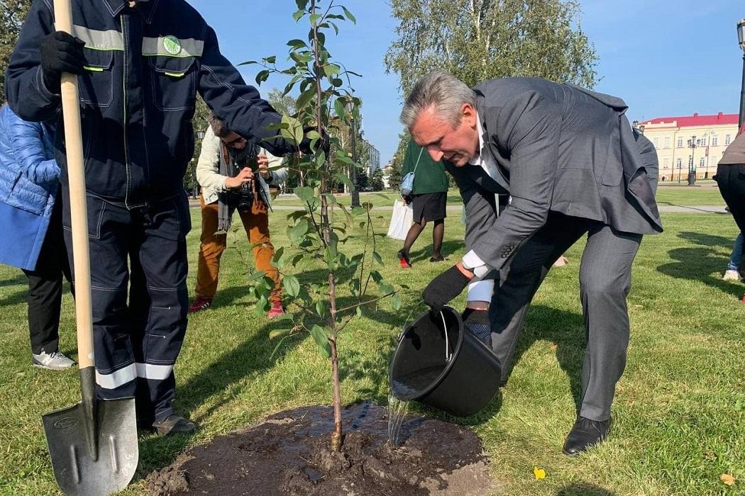Александр Моор посадил деревья в ландшафтном парке Тобольского кремля
