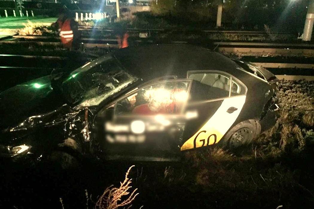 После столкновения такси и поезда в Челябинске двоих человек госпитализировали