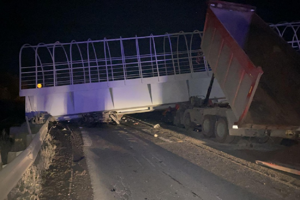 Пермский тракт перекрыт в сторону Екатеринбурга из-за рухнувшего на машины моста
