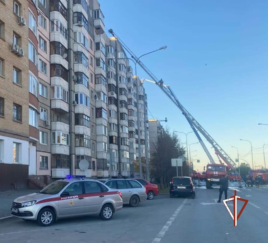Росгвардейцы помогли пожарным при возгорании крыши жилого дома в Тюмени