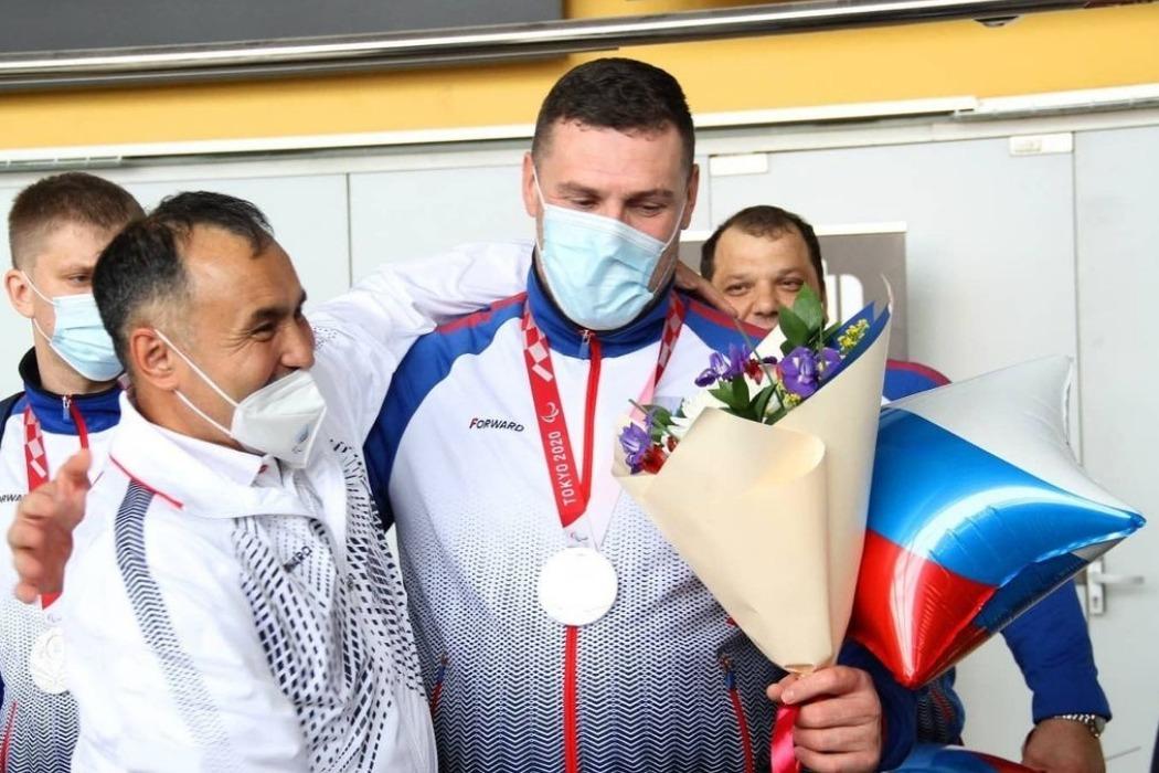 В Кольцово встретили серебряных медалистов по волейболу сидя Паралимпиады-2020