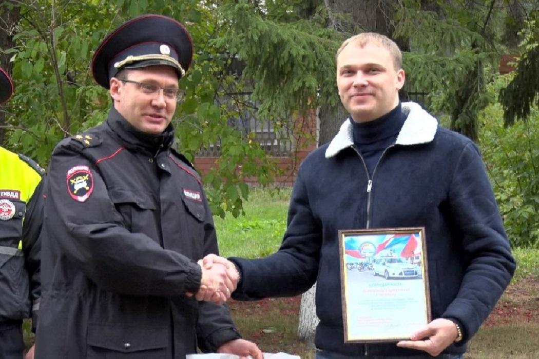 В Тюмени наградили мужчину за поимку сбившего первоклассника водителя.