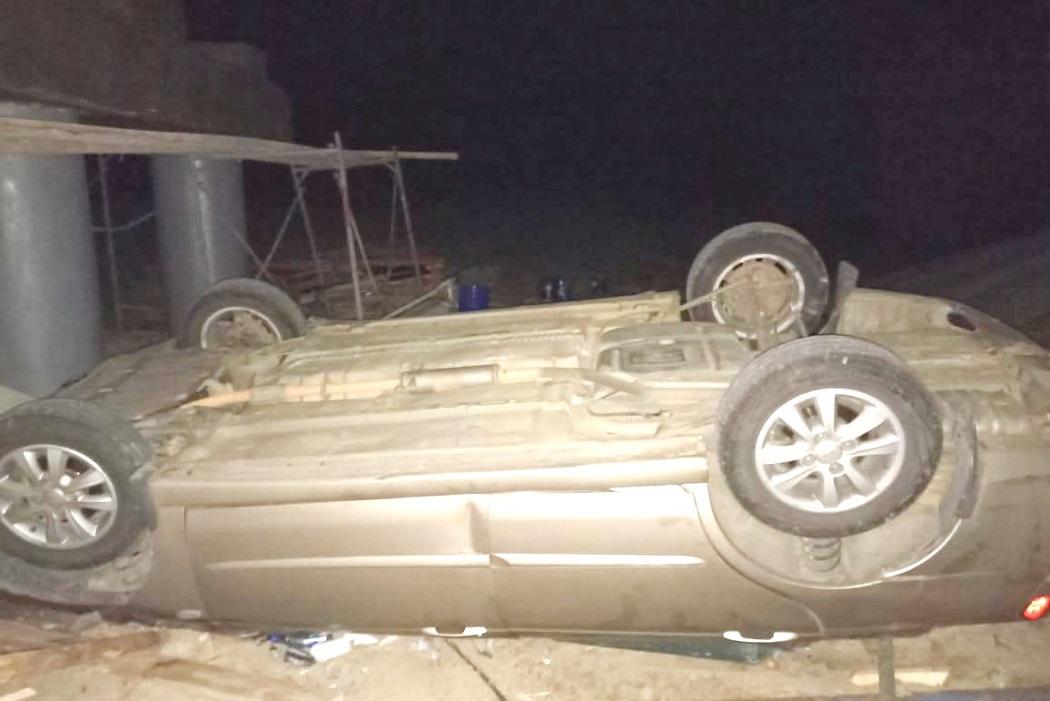 В Югре иномарка с водителем и пассажиром упала с моста