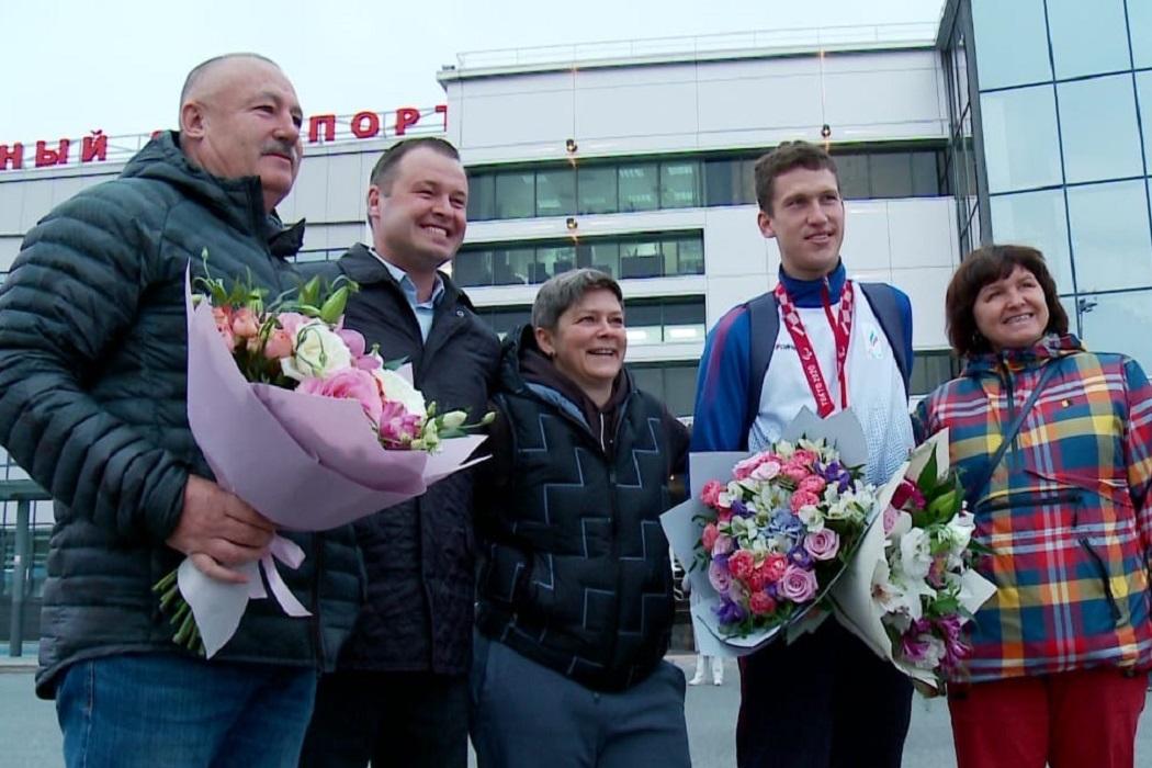 В аэропорту Рощино торжественно встретили чемпиона Паралимпийских игр в Токио Антона Прохорова