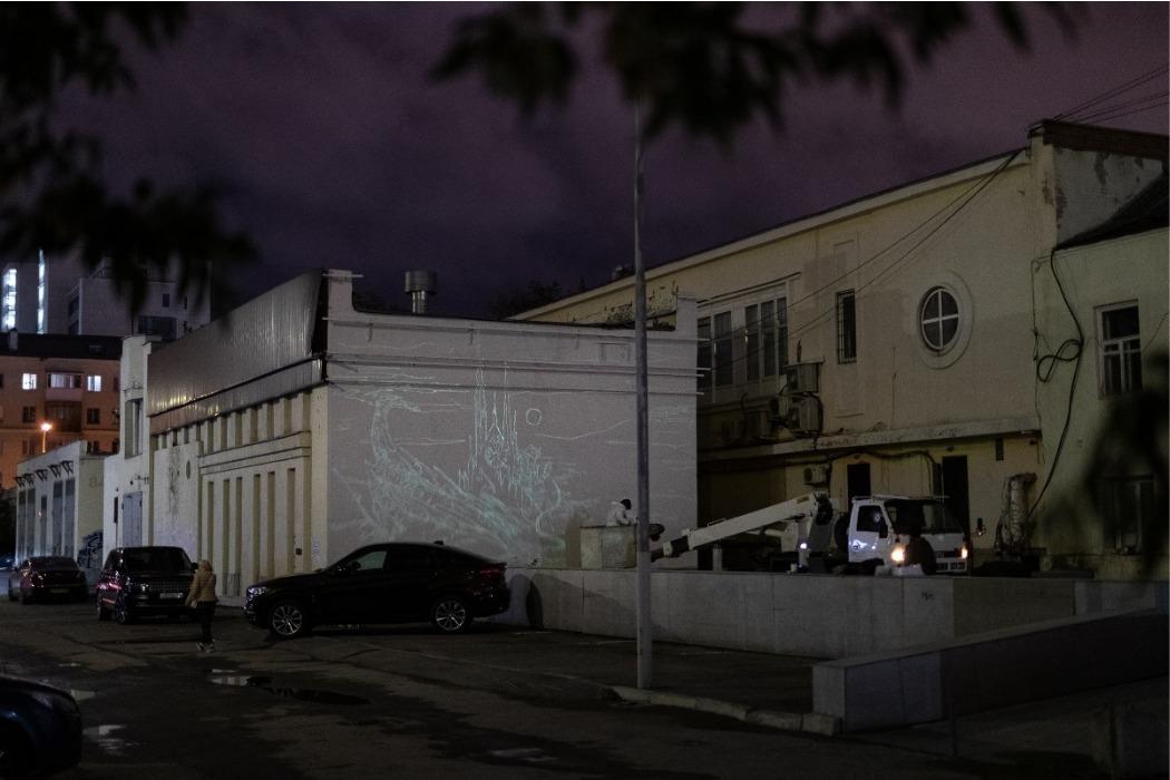 Художник Андрей Топоров закончил рисунок дракона на стене будки в Екатеринбурге