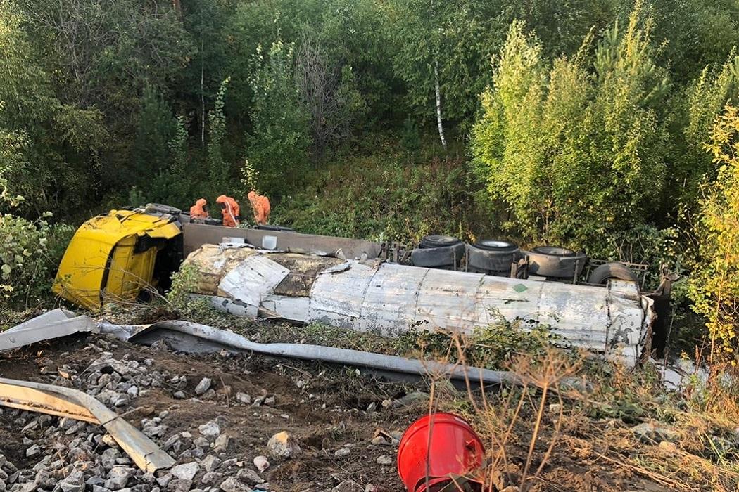 Фура с углекислым газом опрокинулась на Серовском тракте под Екатеринбургом