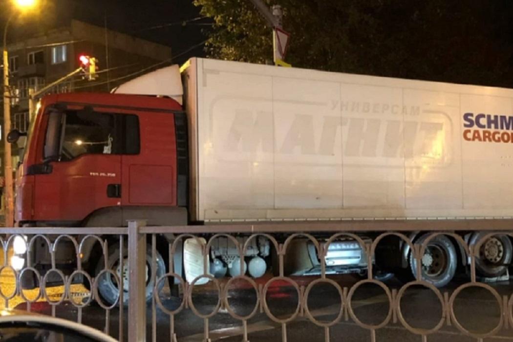 На Уралмаше грузовик без водителя съехал на дорогу и снёс забор