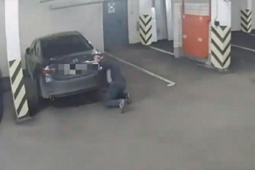 В паркинге Екатеринбурга к машине прикрепили мигающий прибор для слежки