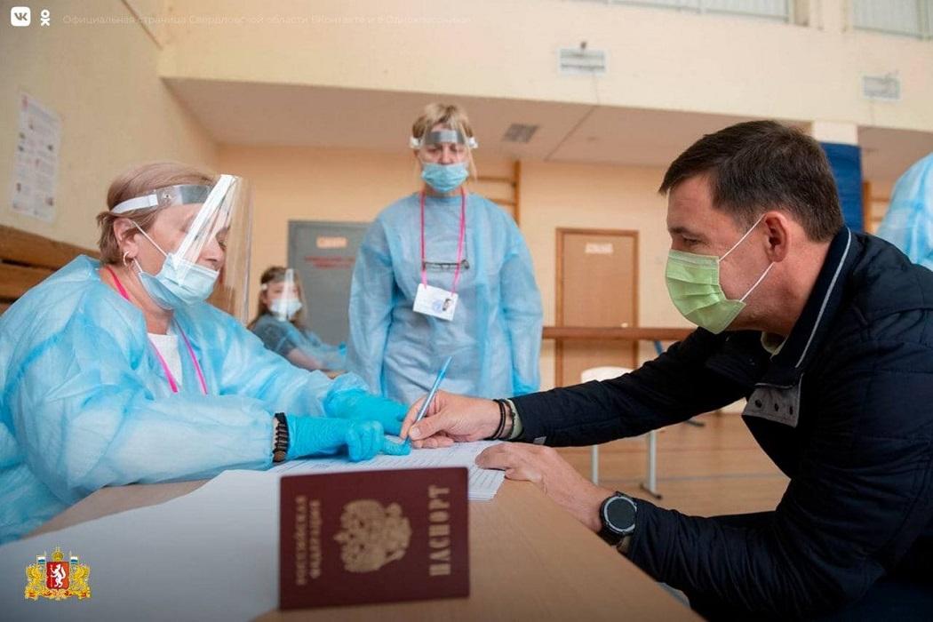 Свердловский губернатор с травмой ноги проголосовал на выборах