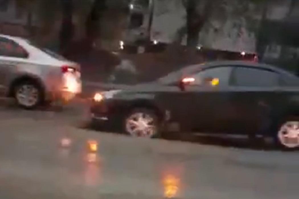 В Нижнем Тагиле Lada Vesta провалилась в яму на дороге
