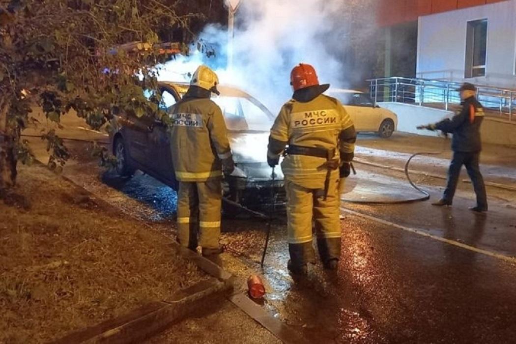 В Екатеринбурге на Декабристов сгорел автомобиль Mitsubishi