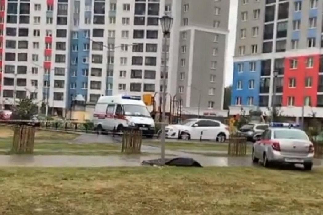 В Академическом районе Екатеринбурга нашли труп под окнами дома