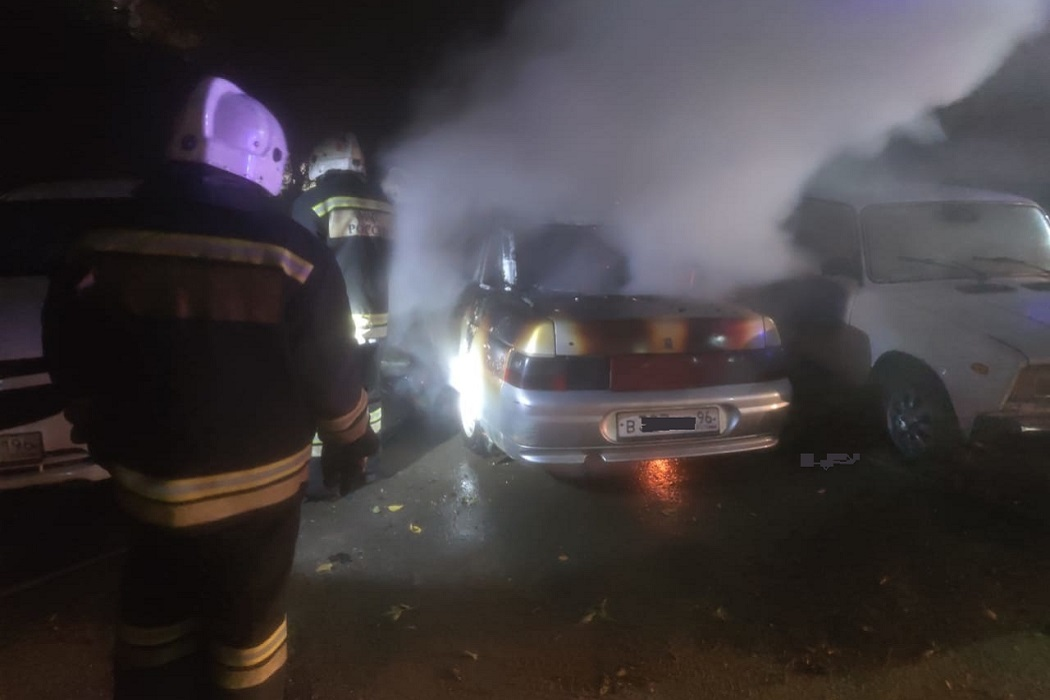 Ночью на Уктусе в Екатеринбурге горели два автомобиля ВАЗ
