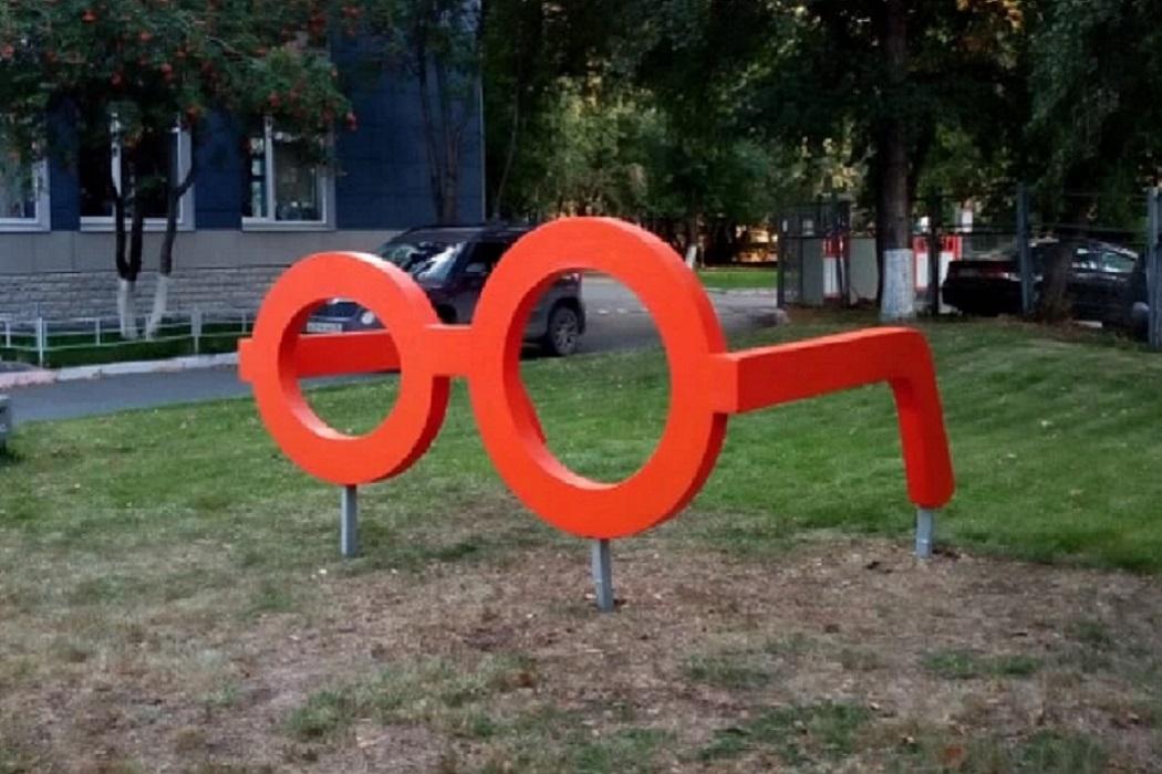 На Синих Камнях в Екатеринбурге открыли памятник гигантским очкам