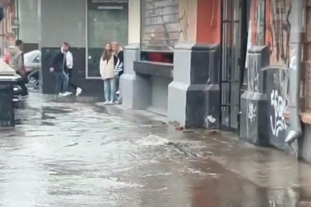В Екатеринбурге из-за потопа на Вайнера отключили воду в бизнес-центре