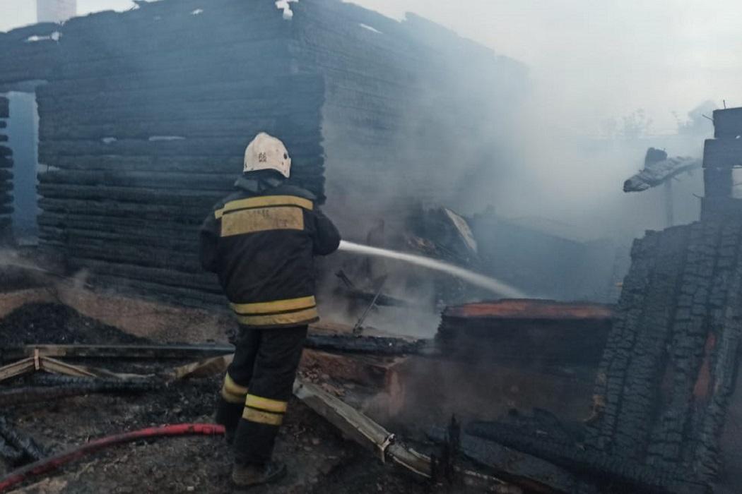 Уничтоживший два дома пожар в посёлке Коптяки под Екатеринбургом потушен