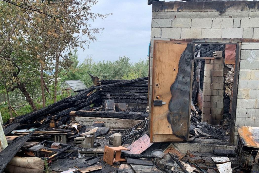 При пожаре в СНТ «Железнодорожник» в Екатеринбурге погиб 8-летний ребёнок