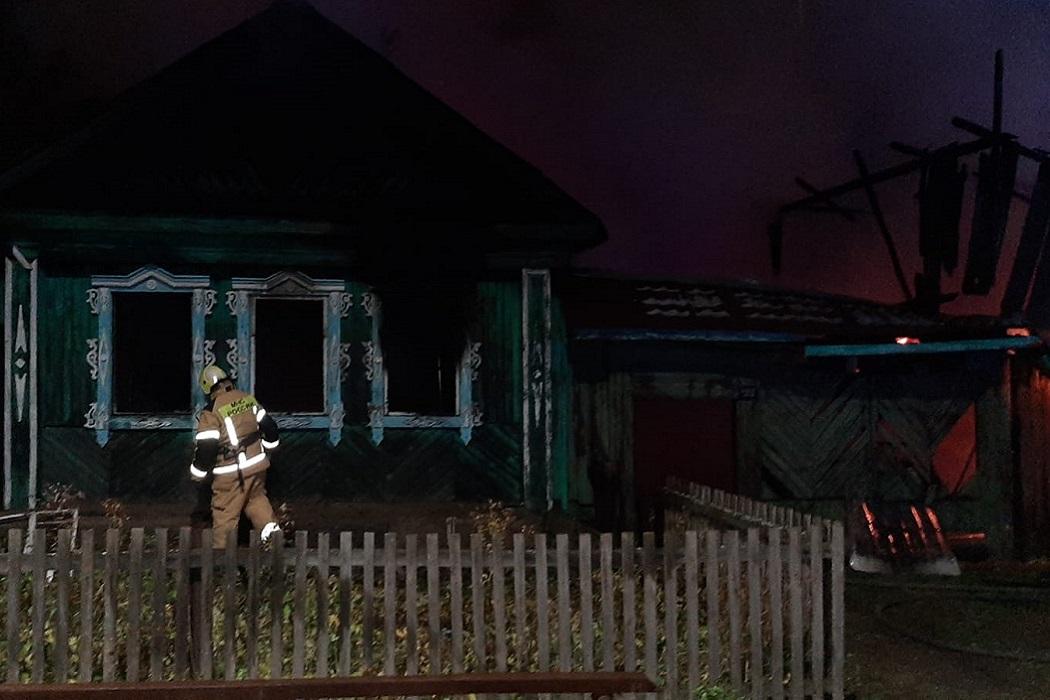 При пожаре в доме в Кадниково под Сысертью пострадали 4 человека