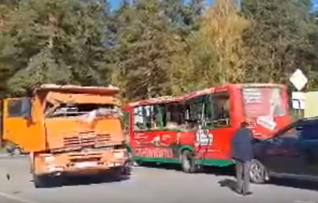 В Екатеринбурге самосвал врезался в автобус №083 в микрорайоне Светлый