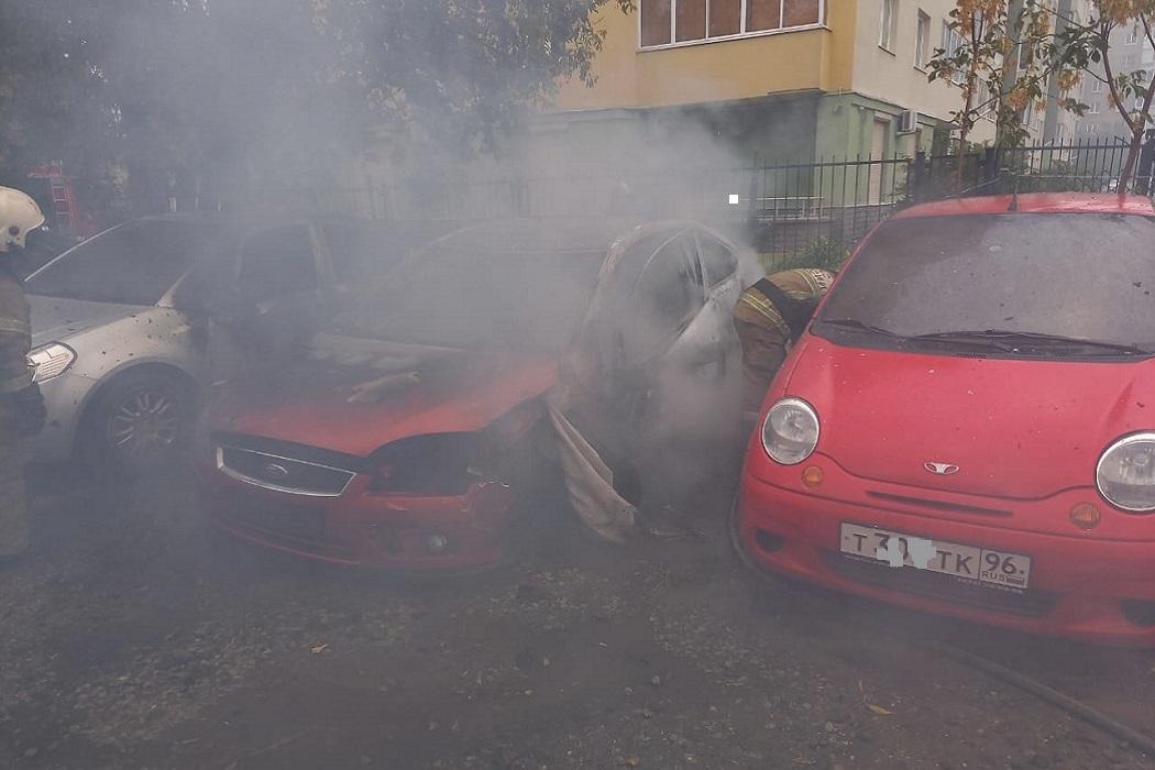 В Екатеринбурге на парковке в Пионерском сгорел Ford Focus