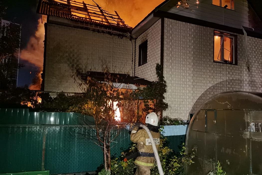 В Екатеринбурге в садах на Московской сгорел частный дом