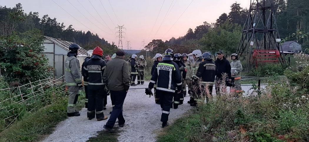 Ночью в Екатеринбурге сгорело 10 садовых домов в СНТ «Энергостроитель»