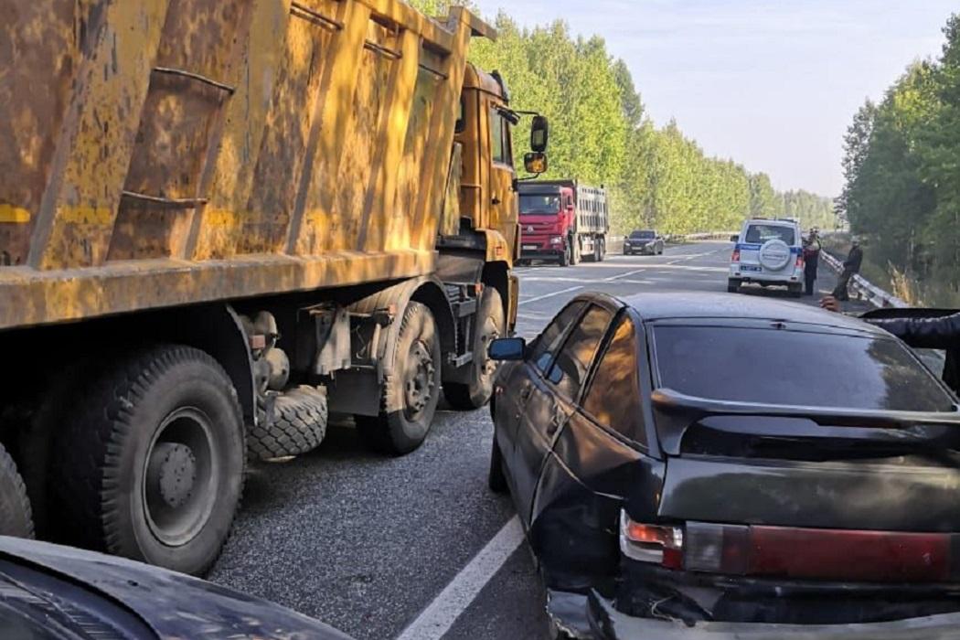 В ДТП на Серовском тракте 4 автомобиля столкнулись из-за дыма от свалки