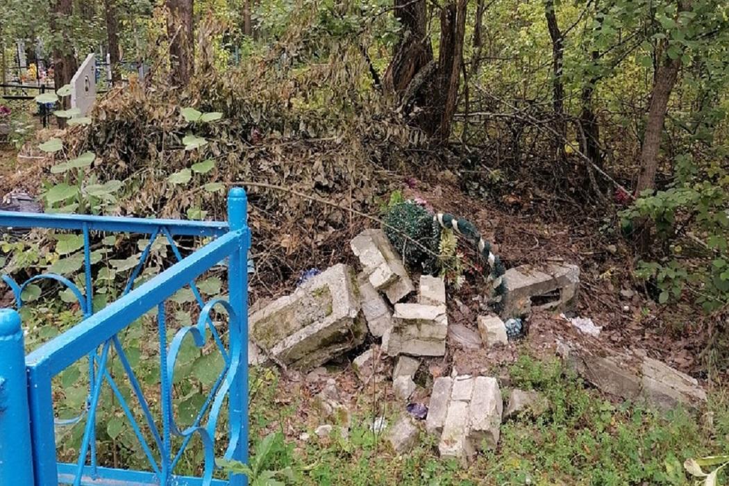 Жители Нижней Тавды жалуются на заваленное мусором кладбище