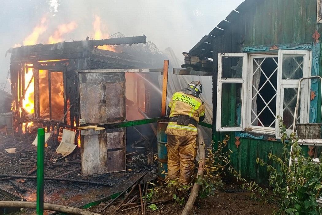 Пять садовых домов сгорели в Первоуральске на улице Учительской