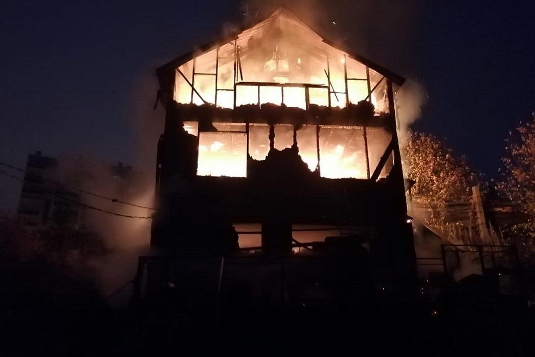 В Серове и Первоуральске сгорели жилой и садовый дома