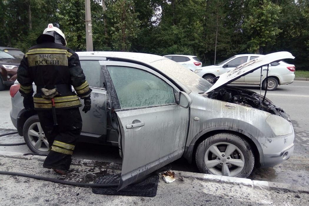 В Екатеринбурге вспыхнуло такси на перекрёстке Чапаева-Большакова