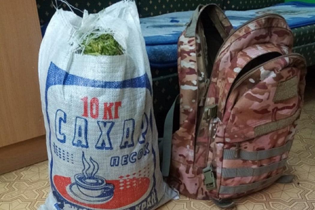 На Урале полиция задержала в поле мужчину с большим рюкзаком марихуаны