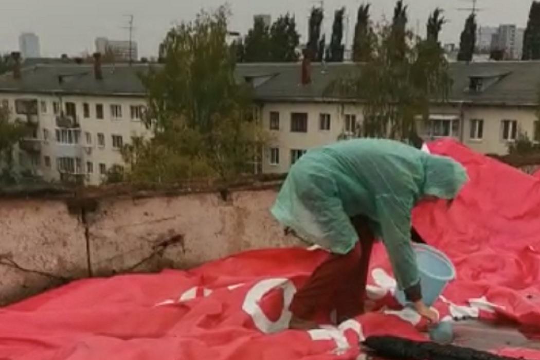 В Екатеринбурге жители горевшего дома на Мичурина жалуются на чёрную плесень