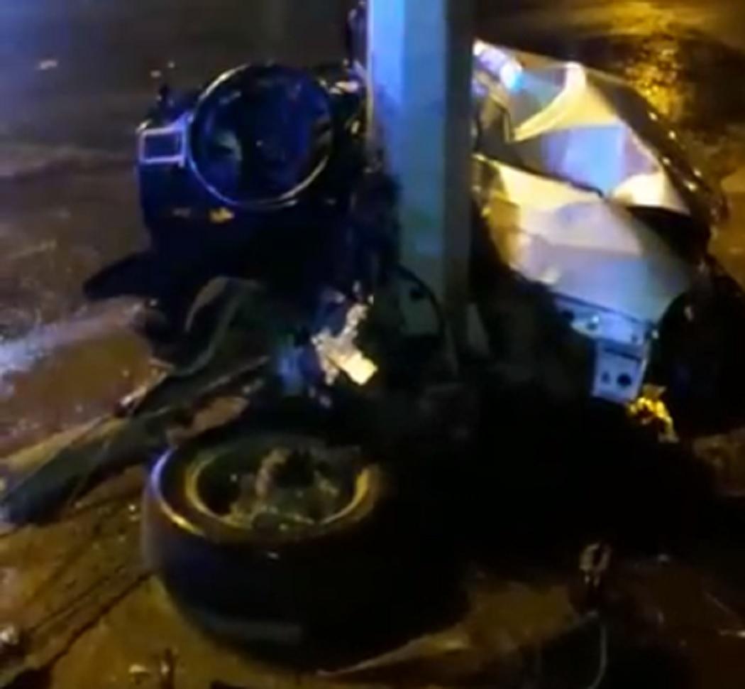 В ДТП на Эльмаше автомобиль Nexia врезался в столб и разлетелся на части