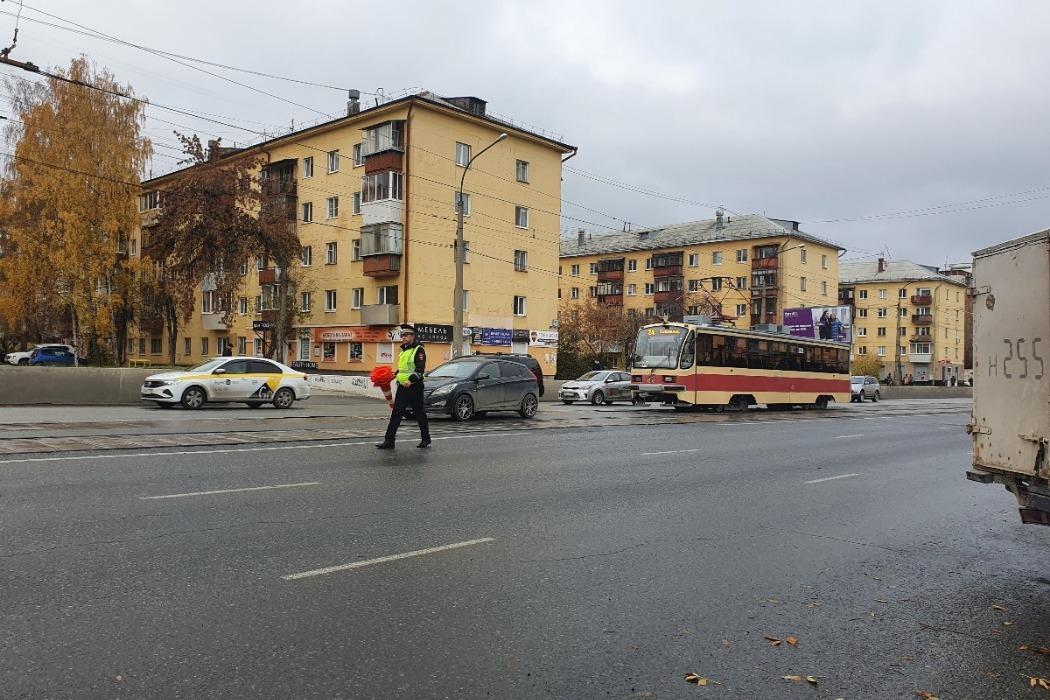 В Екатеринбурге Hyundai в ДТП сбил 12-летнего подростка на трамвайных путях