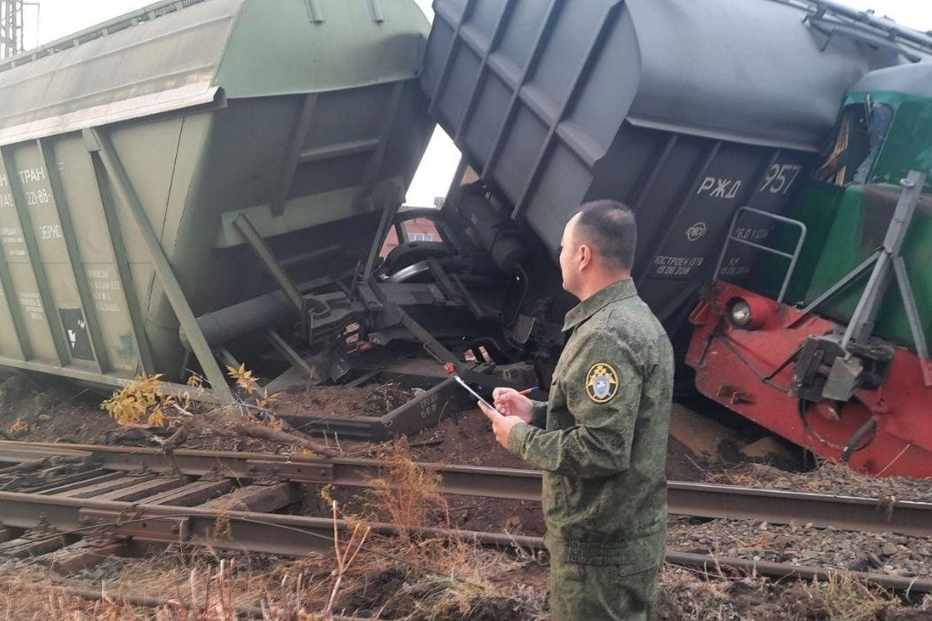 В Челябинской области локомотив и три грузовых вагона сошли с рельсов