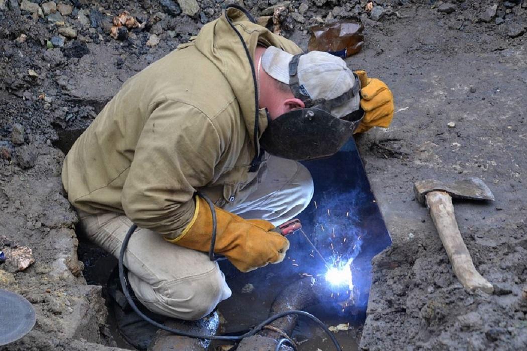 Сварщик + сварка + работы + ремонт + труба + вода + авария + устранение аварии