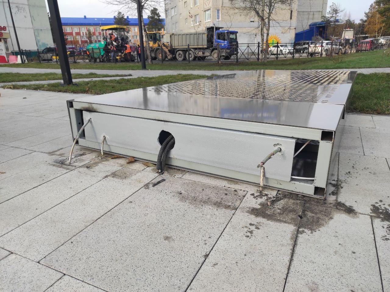В Ноябрьске новую стелу на площади Памяти сдуло ветром