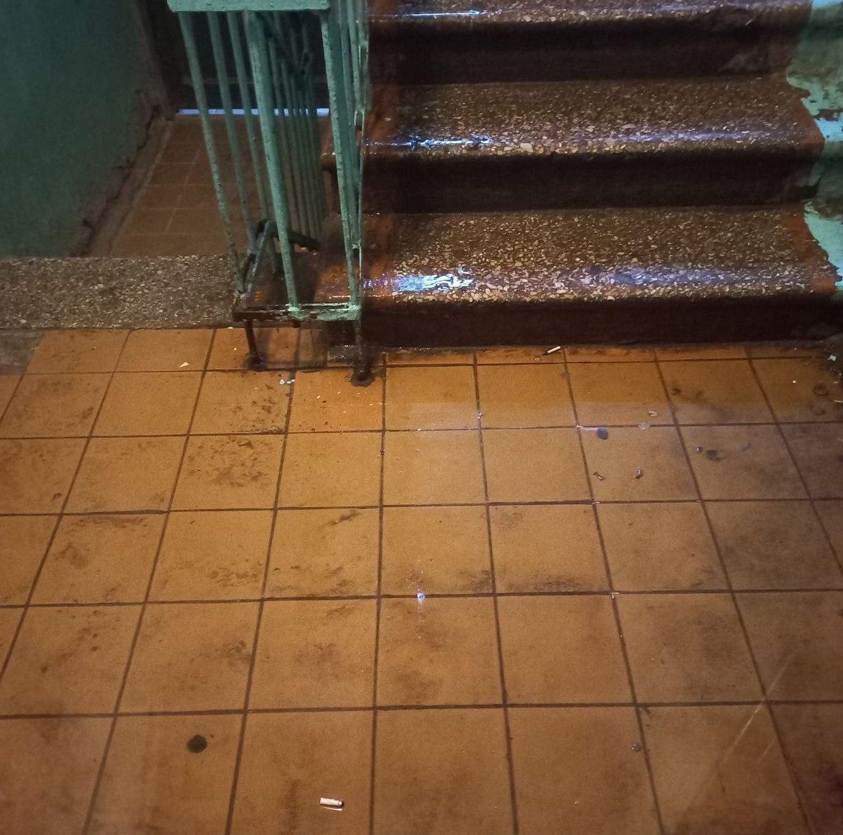 В Тюмени многоквартирный дом залило водой