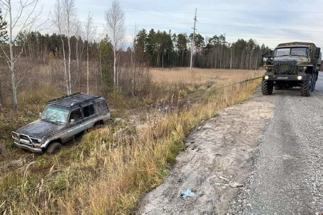 В Югре росгвардейцы помогли водителю застрявшего в кювете внедорожника 1