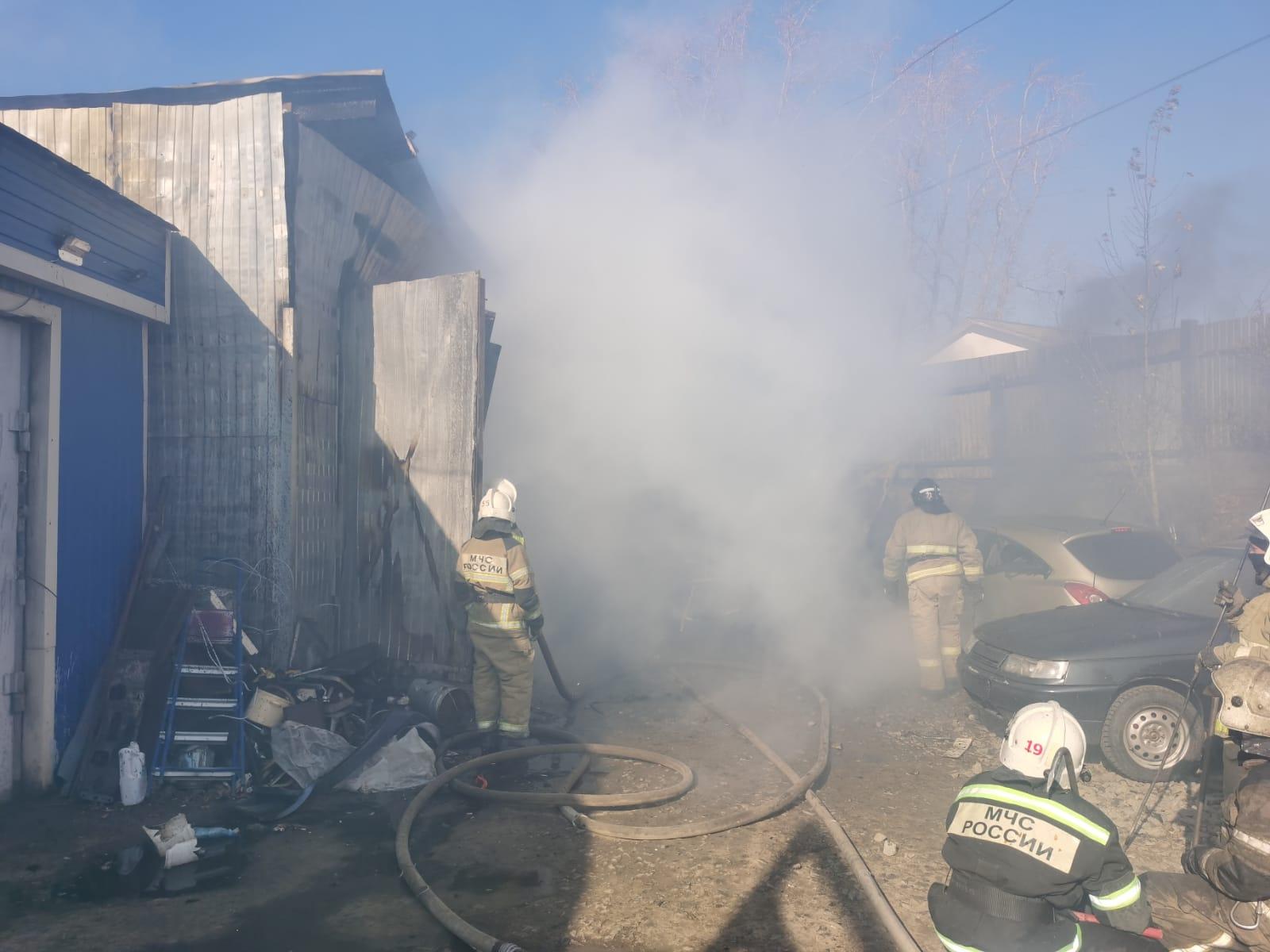 В Екатеринбурге из-за пожара в автосервисе сгорели 3 автомобиля