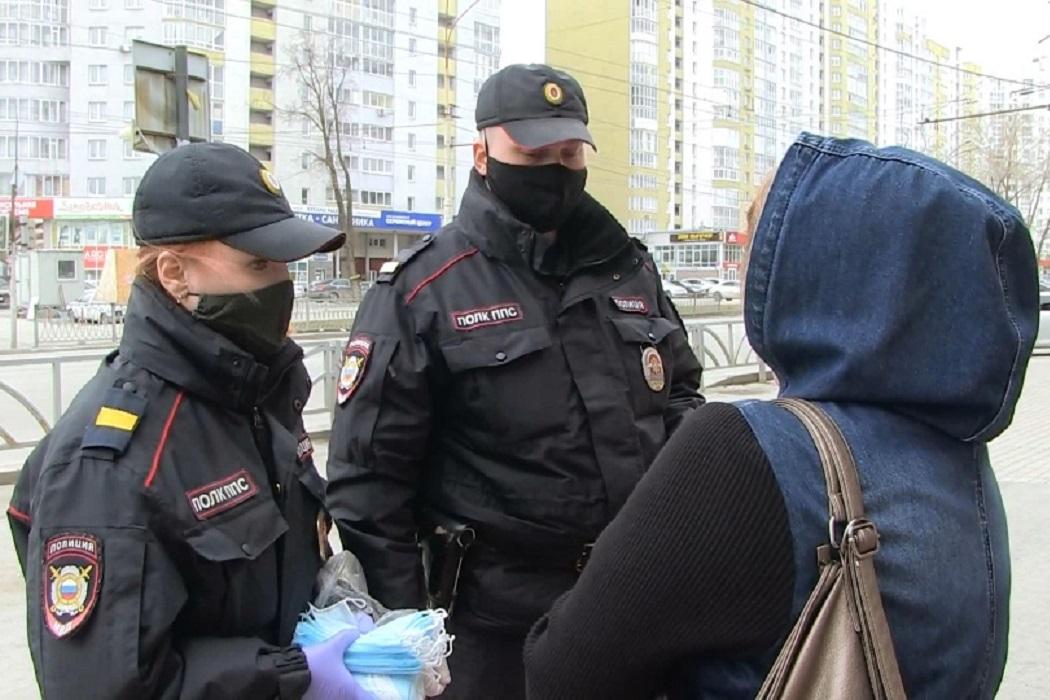 Полицейские Екатеринбурга начали раздавать прохожим защитные маски