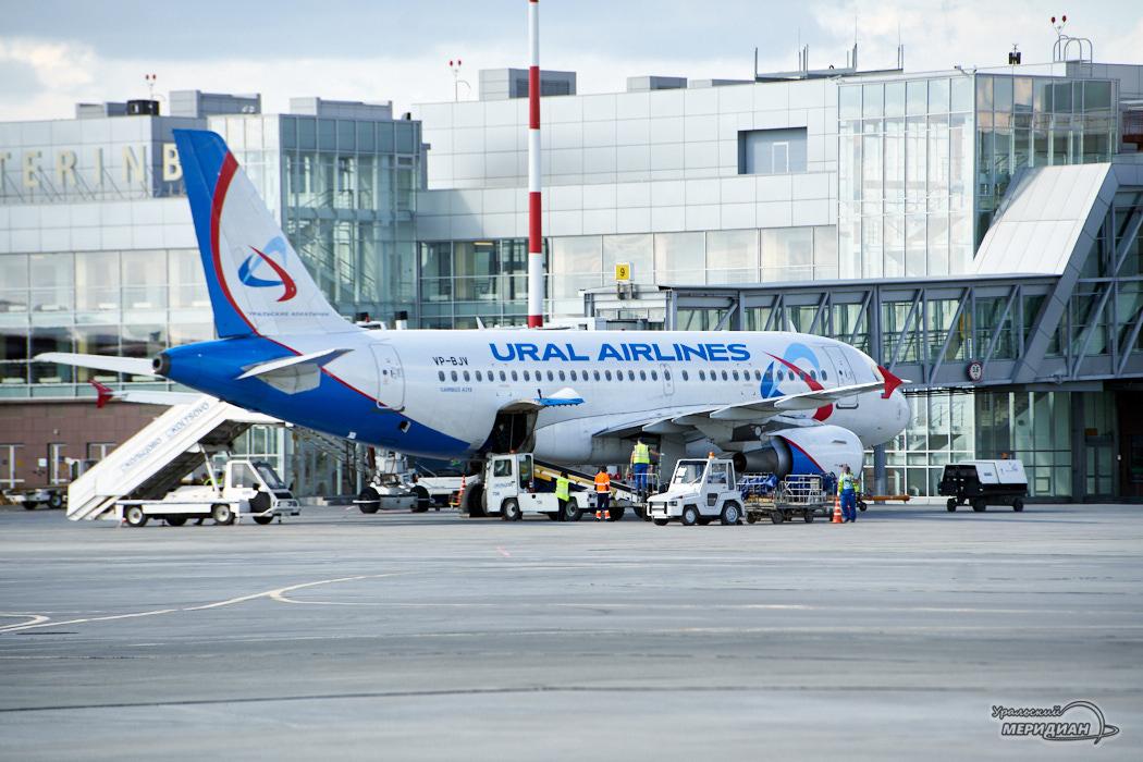 Аэропорт Кольцово самолет Уральские авиалинии