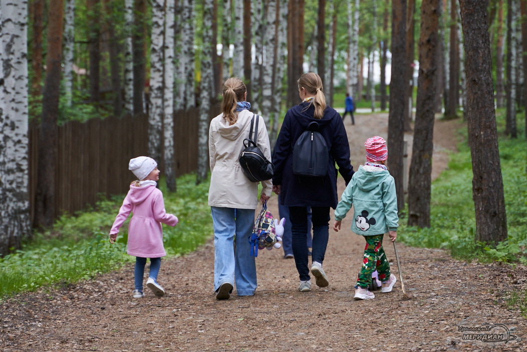 ЦПКиО аллея пешеход семья Екатеринбург