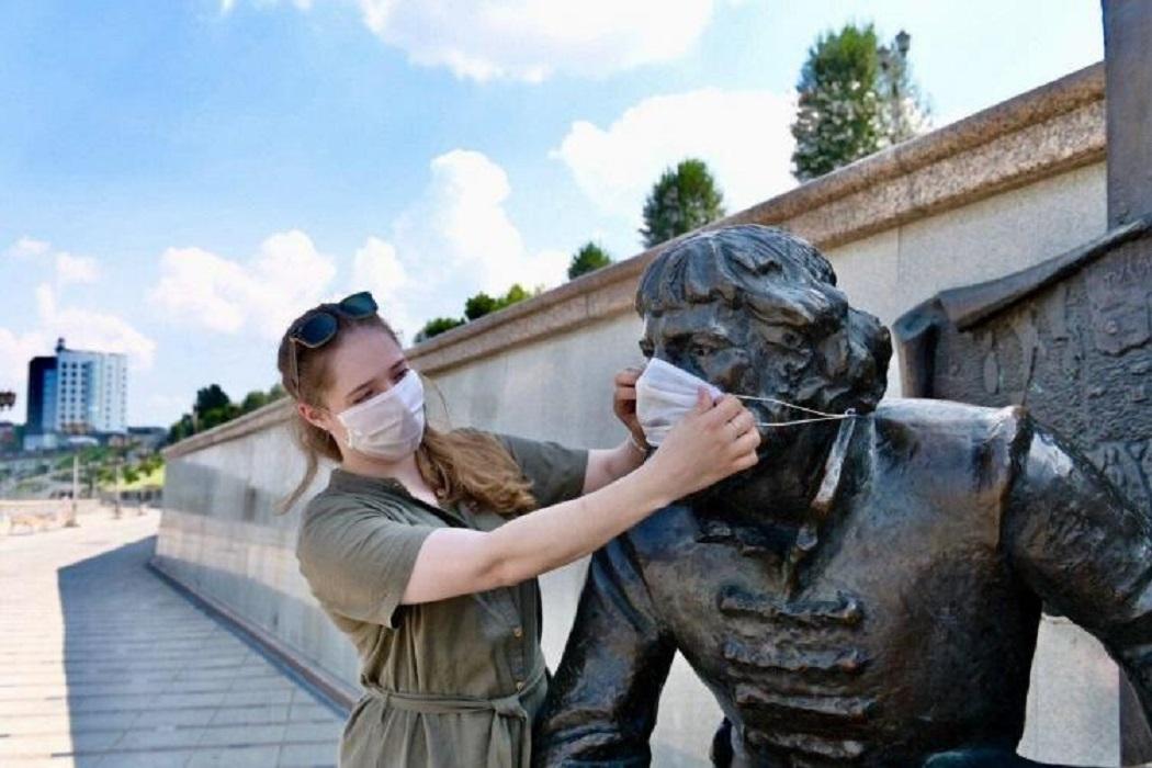 На тюменские памятники одели медицинские маски