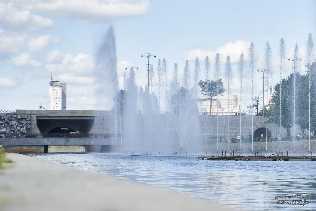 Pojushhij fontan istoricheskij skver plotinka Ekaterinburg 18
